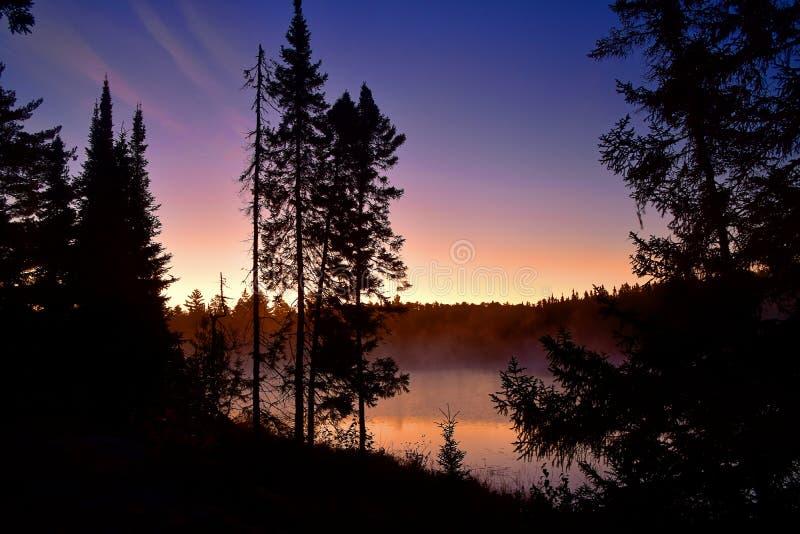 Bella alba su una mattina gelida a Montgomery Lake, parco provinciale di Quetico fotografia stock