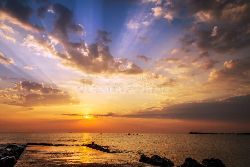 Bella alba sulla riva di Mar Nero al Sud di Eforie, Costanza, Romania immagini stock libere da diritti