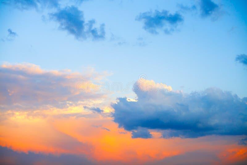 Bella alba variopinta con le nuvole drammatiche ed il sole che splendono nel panorama d'annata di stile fotografia stock