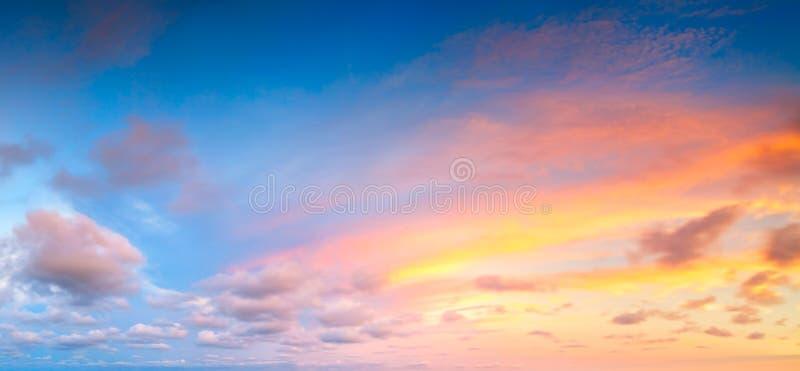 Bella alba variopinta con le nuvole drammatiche ed il sole che splendono nel panorama d'annata di stile fotografie stock