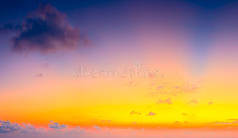 Bella alba variopinta con le nuvole drammatiche ed il sole che splendono nel panorama d'annata di stile immagine stock libera da diritti