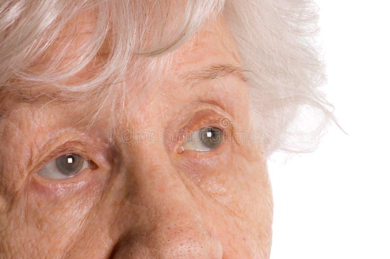 Bella anziana isolata su priorità bassa bianca fotografia stock