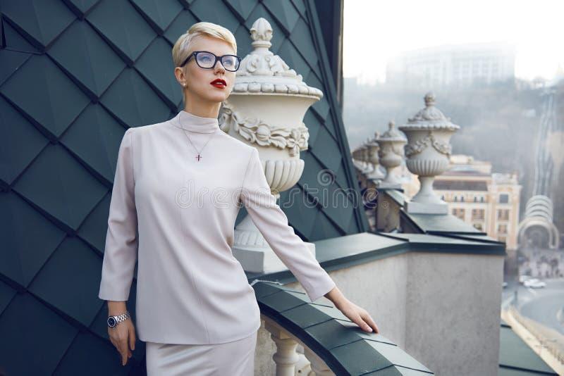 Bella architettura bionda di trucco di vetro della donna di affari fotografia stock