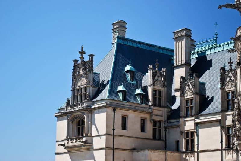 Bella architettura contro un cielo blu immagine stock libera da diritti