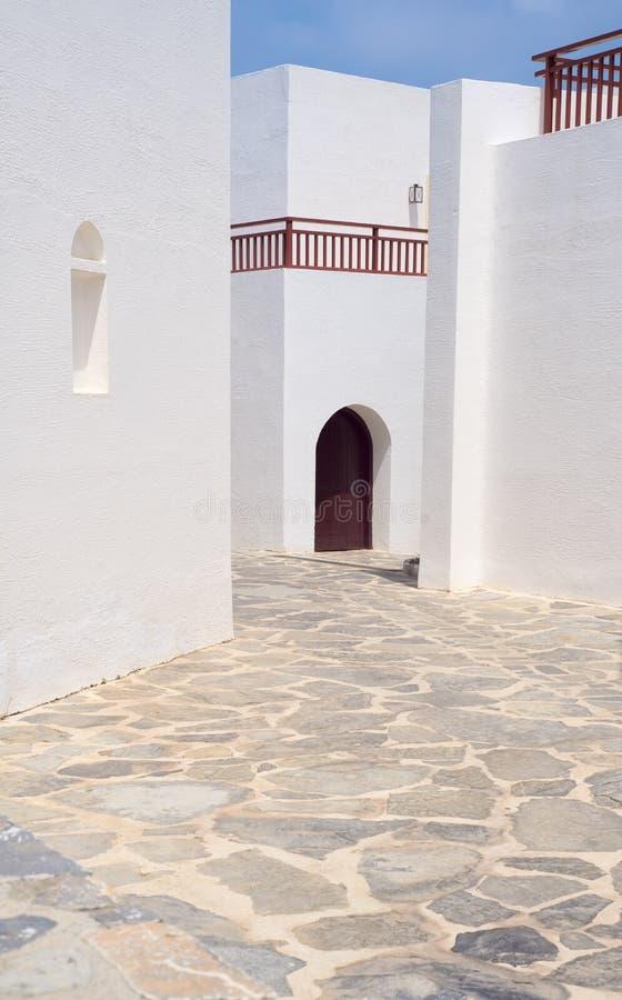 Bella architettura greca, pareti bianche, cielo blu, via stretta immagine stock libera da diritti