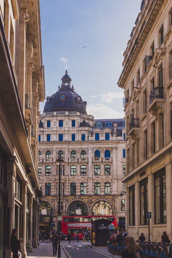 Bella architettura nel centro urbano di Londra vicino alla via reggente immagini stock libere da diritti