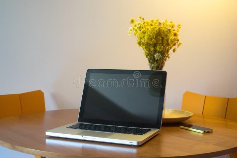 Bella area di lavoro con le luci morbide ed i fiori immagine stock libera da diritti