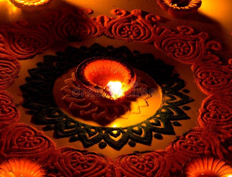 Bella arte di rangoli con la lampada di diya sul diwali fetival-India immagini stock