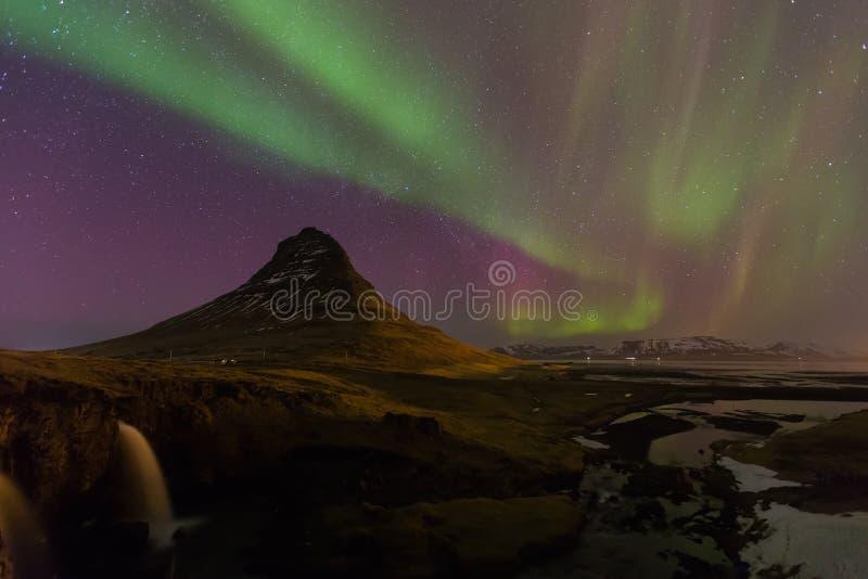 Bella aurora sopra la montagna di Kirkjufell in Islanda immagine stock