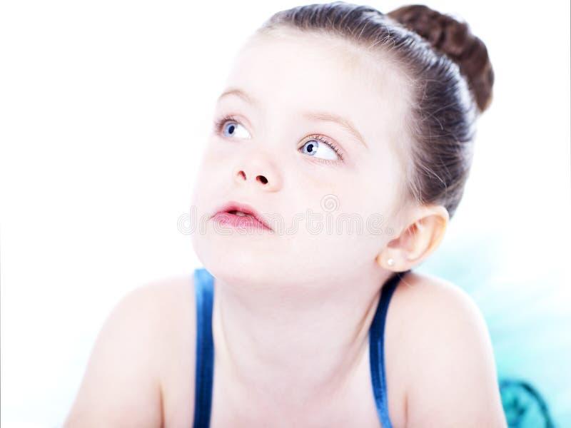 Bella ballerina del bambino su priorità bassa bianca immagini stock libere da diritti