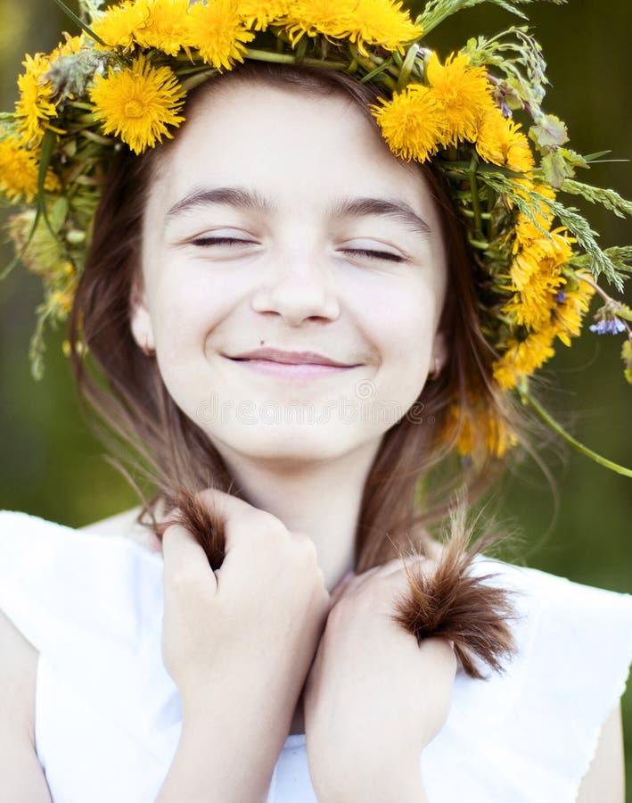 Bella bambina, all'aperto, fiori del mazzo di colore, vita godente felice sorridente di estate di giorno del prato soleggiato lum immagini stock libere da diritti