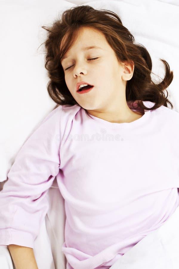 Bella bambina che dorme con la sua bocca aperta immagine stock