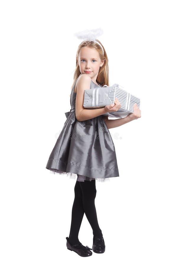 Bella bambina che giudica un presente isolato immagine stock