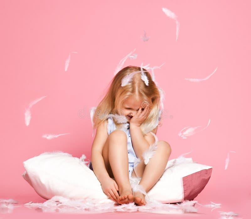 Bella bambina che si siede sul cuscino Colpo dello studio immagini stock