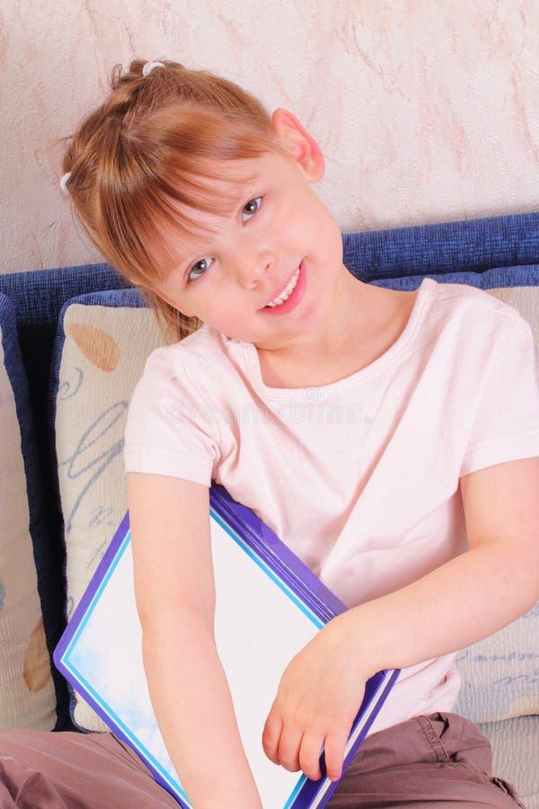 Bella bambina con il libro fotografia stock libera da diritti