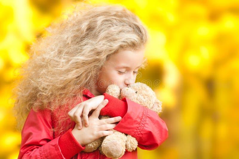 Bella bambina con l'orso di orsacchiotto immagini stock