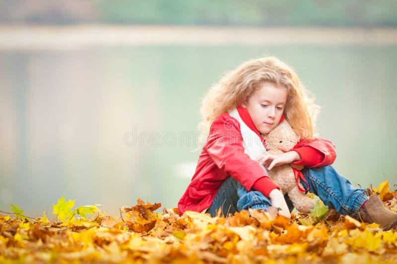 Bella bambina con l'orso di orsacchiotto. immagini stock