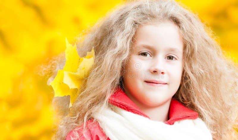 Bella bambina con la foglia di acero. immagine stock