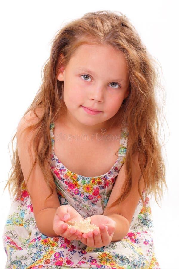 Bella bambina con le stelle marine immagini stock