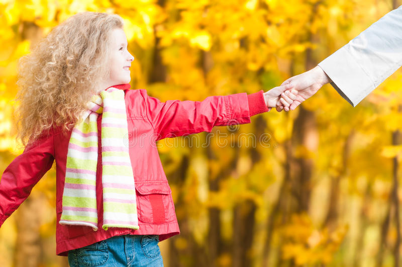 Bella bambina con nella sosta di autunno. fotografia stock libera da diritti