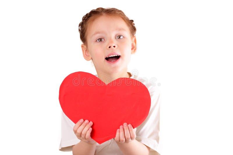 Bella bambina con un grande cuore rosso per il giorno del biglietto di S. Valentino fotografia stock libera da diritti