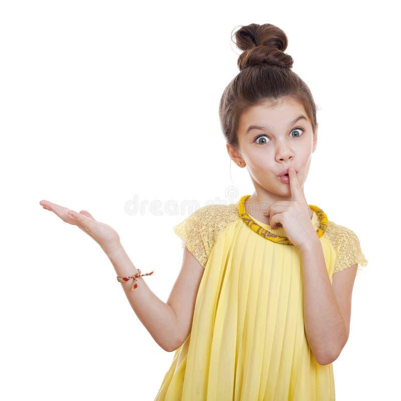 Bella bambina della gioventù che presenta lo spazio della copia fotografia stock libera da diritti