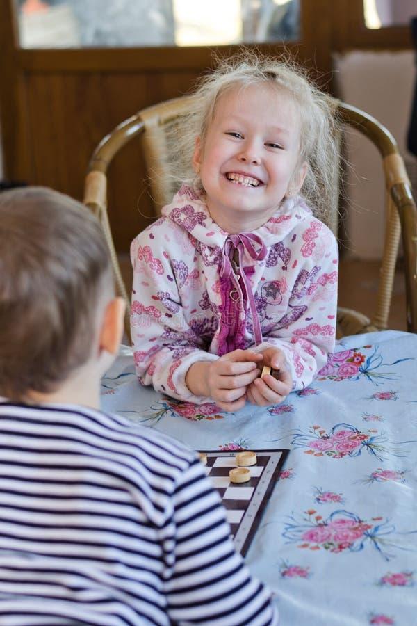 Bella bambina di risata che gioca i controllori immagini stock libere da diritti