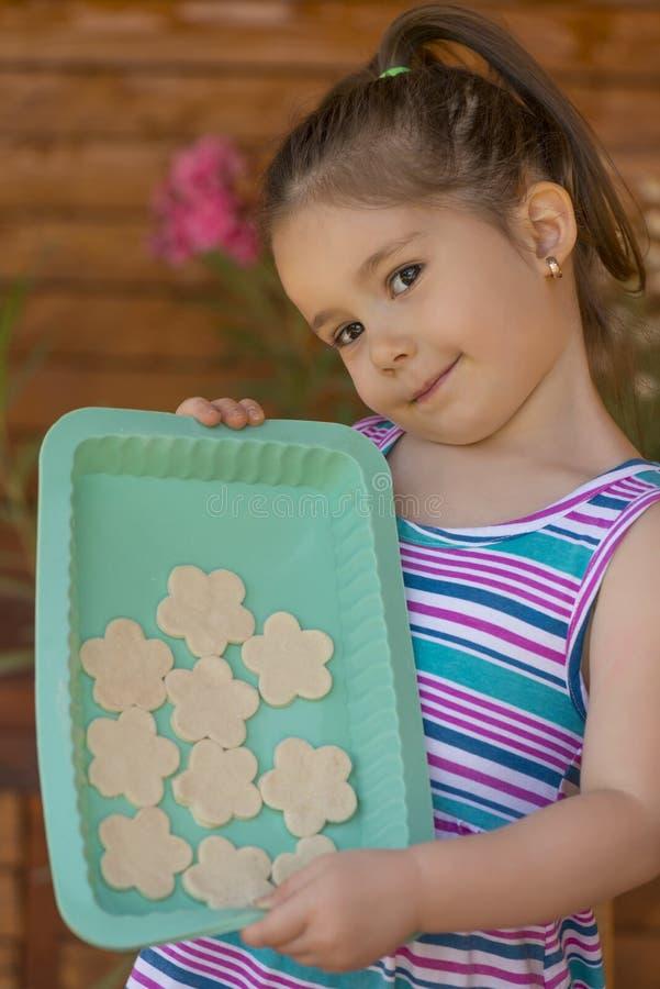Download Bella Bambina Divertendosi Cottura Immagine Stock - Immagine di cute, taglio: 56886457