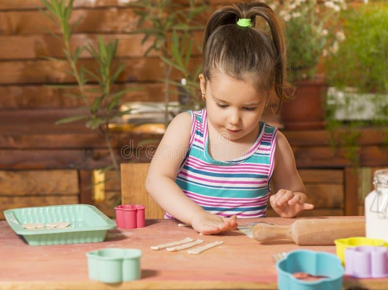 Download Bella Bambina Divertendosi Cottura Immagine Stock - Immagine di formazione, farina: 56886461