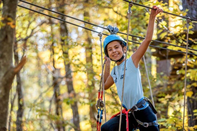 Bella bambina divertendosi nel parco di avventura, Montenegro immagini stock