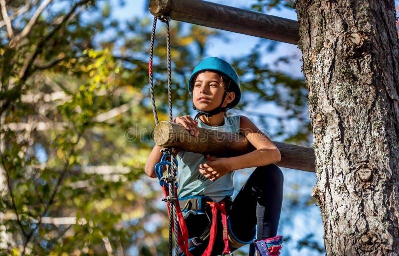 Bella bambina divertendosi nel parco di avventura, Montenegro immagini stock libere da diritti