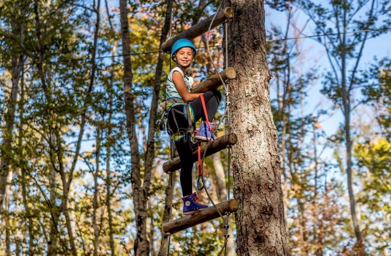 Bella bambina divertendosi nel parco di avventura, Montenegro fotografie stock libere da diritti