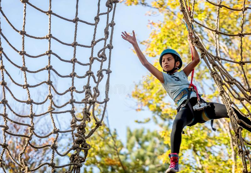 Bella bambina divertendosi nel parco di avventura, Montenegro fotografie stock