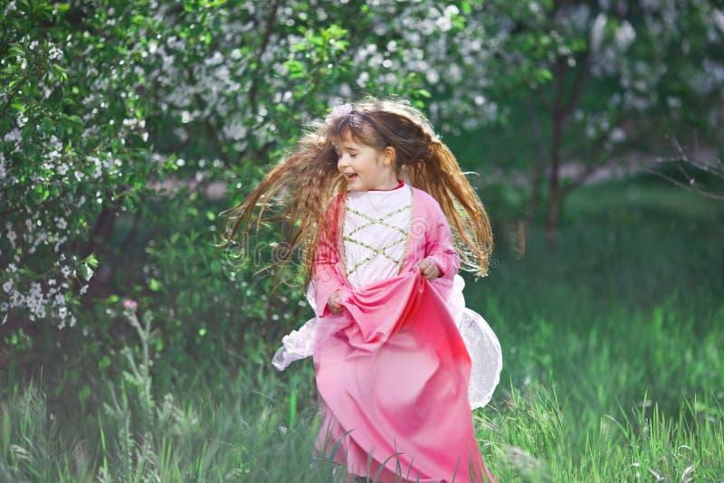 Bella bambina nel giardino fiorito immagine stock libera da diritti