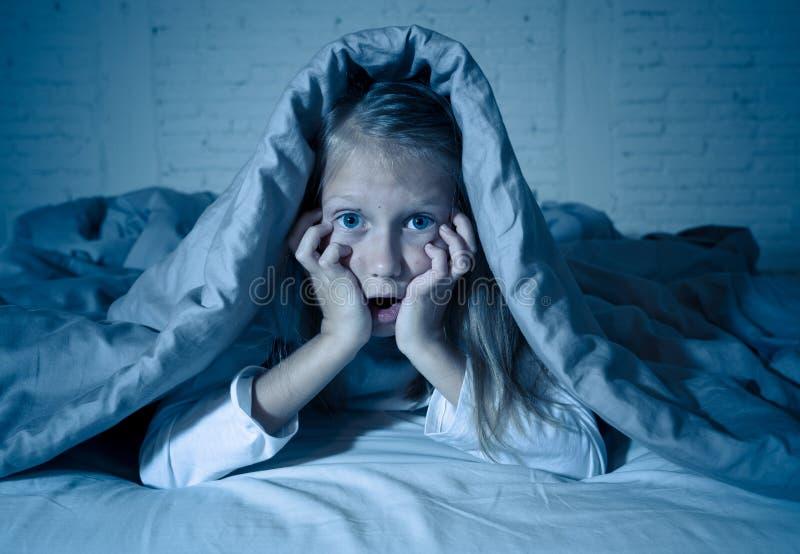 Bella bambina sveglia da un timore impaurito e di sofferenza di incubo di buio immagini stock