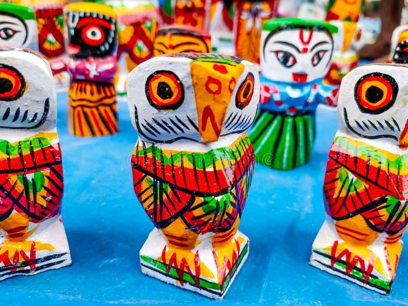 Bella bambola di legno tradizionale indiana che vende in un festival fotografia stock
