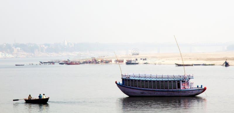 Bella barca nel mezzo del fiume Gange di inverno fotografie stock