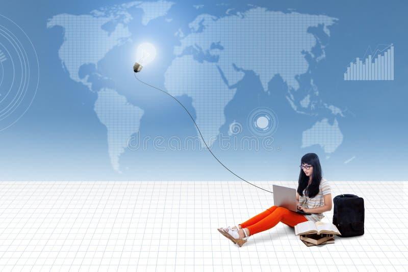 Bella battitura a macchina femminile sul computer portatile sotto la lampada illustrazione di stock