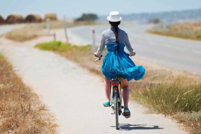 Bella bicicletta di guida della ragazza immagini stock