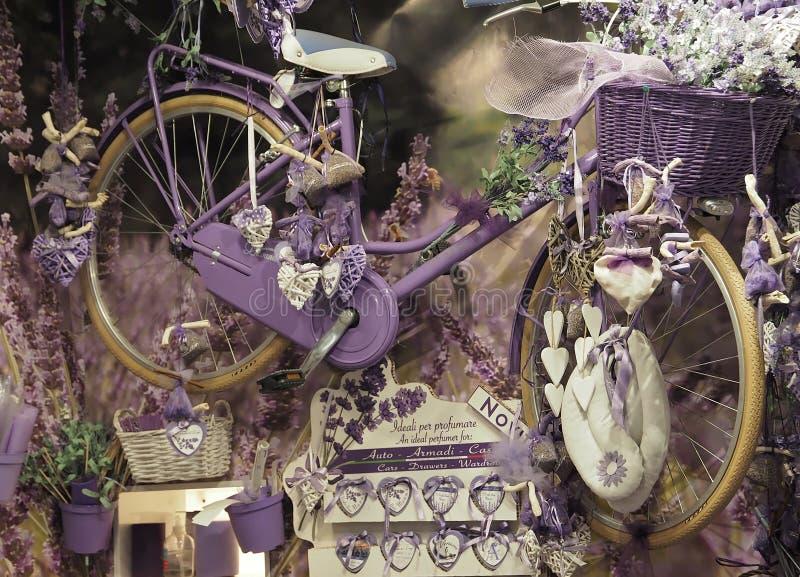 Bella bicicletta porpora in un deposito con la decorazione fotografia stock