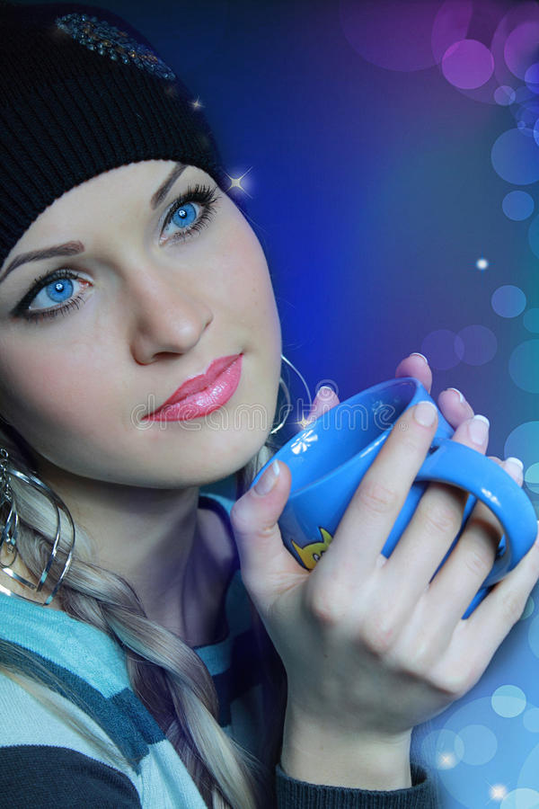Bella bionda in black hat con la tazza immagini stock libere da diritti