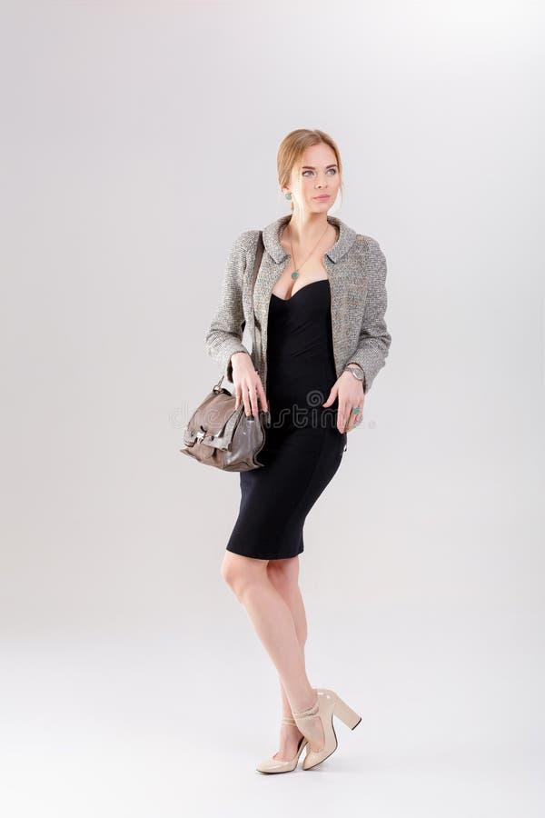 bella bionda della donna di affari in vestito, in rivestimento e nei purs neri fotografie stock libere da diritti