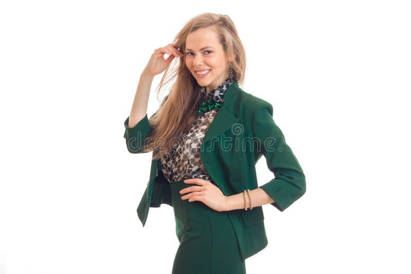 Bella bionda di divertimento in un vestito verde, posante per la macchina fotografica immagini stock libere da diritti