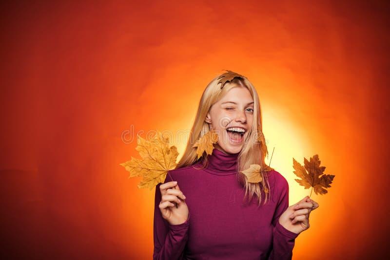 Bella bionda sensuale che gioca con le foglie Foglia di oro della tenuta della donna di autunno Sconti di autunno su biancheria P immagini stock libere da diritti