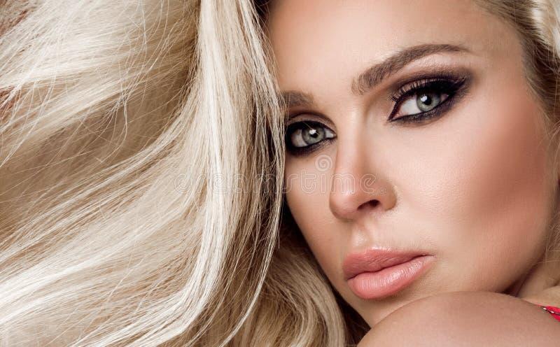 Bella bionda splendida con capelli stupefacenti in vestito trasparente immagini stock