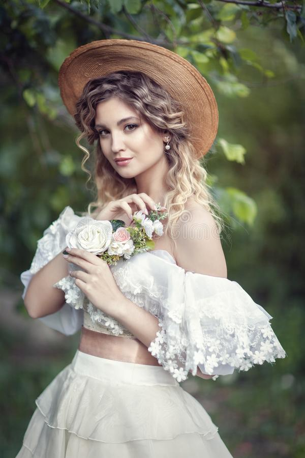 Bella bionda in un vestito d'annata bianco immagine stock
