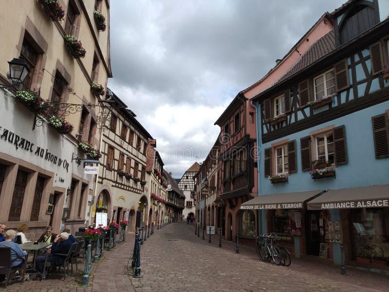 Bella Camera blu nello stile renano sui vicoli di Kaysesberg, Francia fotografie stock