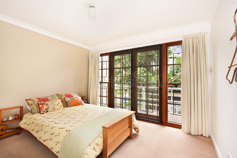 Bella camera da letto con un grande letto immagine stock immagine di soffitto casa 69243305 - Camera da letto grande ...
