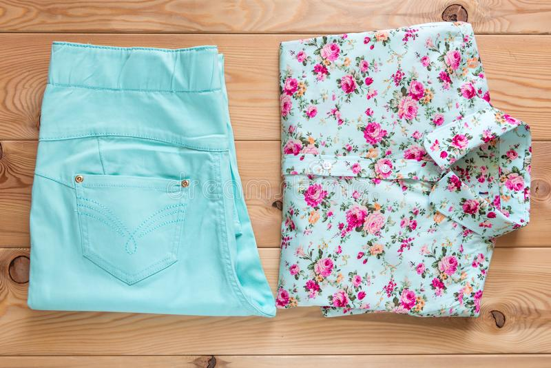 Bella camicia con i pantaloni del turchese e della stampa floreale sul fotografia stock