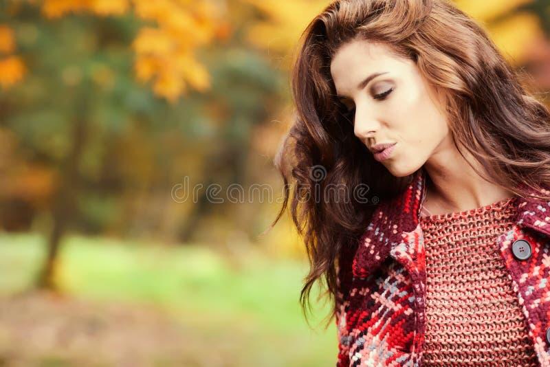 Bella camminata felice della giovane donna fotografia stock